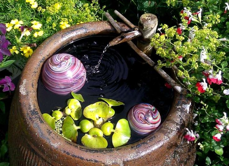 Kleiner Garten Brunnen im rustikalen Look