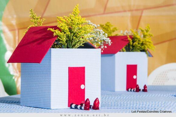 Centro de mesa. Tamanho Caixa: 22cm x22cm x22cm de altura + o telhado ** Flores não acompanham a caixinha.  Telhado removível. R$ 45,00
