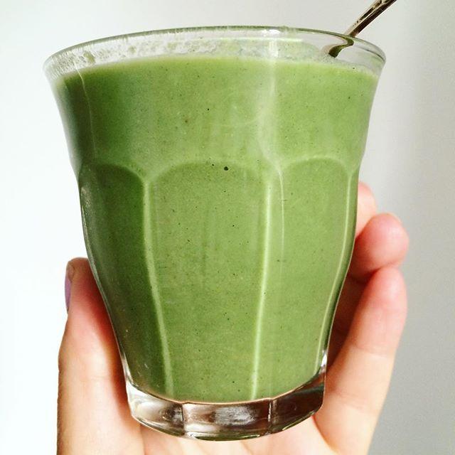The Green Morning Moment #thegreenstuff #greenmix #vegan #veganmorning #paleo #lchf #breakfast #smoothieshot #chlorella #spirulina #barleygrass #wheatgrass #matcha #energized #rivieradudes