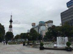 大通り公園 札幌は曇り空で少し肌寒い感じです; ショートパンツで来なけりゃよかった tags[北海道]