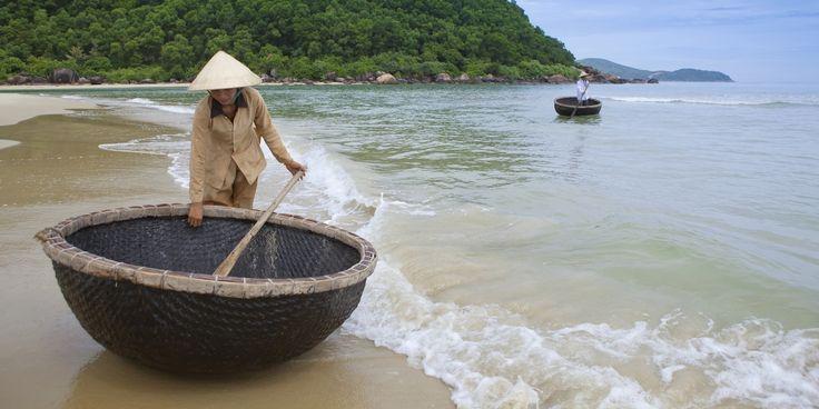 Angsana Lang Co * * * * * - Villes bourdonnantes, paysages à couper le souffle, énergie débordante, scènes pittoresques et culture raffinée… le Vietnam n'a pas fini de vous étonner ! Situé sur la côte au centre du pays, l'Angsana Lang Co s'étire sur le sable chaud en bordure de la Mer de Chine, avec en toile de fond l'imposante chaîne de montagnes de Truong Son… le décor est planté, embarquement immédiat pour un voyage extraordinaire !