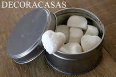pastilha desodorante para banheiros 1 xícara de bicarbonato de sódio  1/4 de xícara de ácido cítrico  1 colher de sopa de vinagre  15 a 20 gotas de Óleo Essencial de sua preferência Formas de silicone
