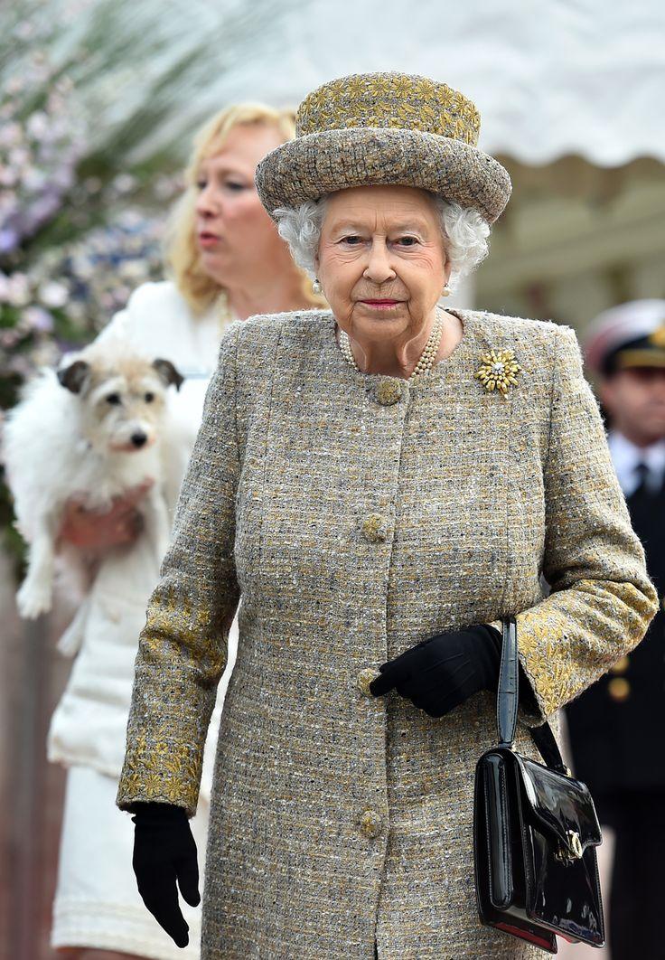 Лучшие наряды Елизаветы II: Королева Великобритании празднует 89-й день рождения - L!FE.ru