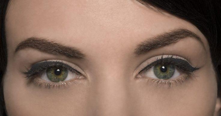 """Cómo arreglar cejas muy finas. Las cejas finas y dramáticas estuvieron extremadamente de moda muchas décadas atrás. Hoy en día, la forma de las cejas es una cuestión de estilo, sin embargo, las cejas gruesas naturales agregan suavidad a la cara que se pierde con las cejas demasiado finas. El exceso de depilación con frecuencia le da a tu rostro una mirada de """"sorpresa"""" no ..."""