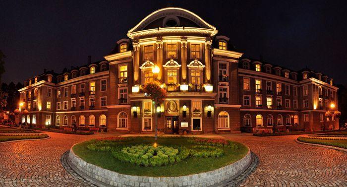 Sanatorium Dom Zdrojowy w Szczawnie Zdroju powstał na przełomie 1909 i 1910 roku z inicjatywy rodziny Hochbergów, właścicieli pobliskiego Książa. Posłużył jako wzór do budowy Grand Hotelu w Sopocie.