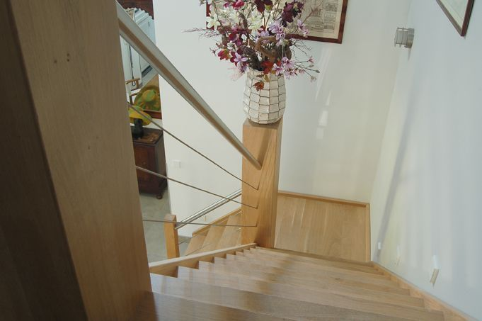 De eiken trap Genua brengt de Italiaanse schoonheid in uw huis. Deze fraaie trap beschikt overeen prachtig bordes en RVS balustrade.