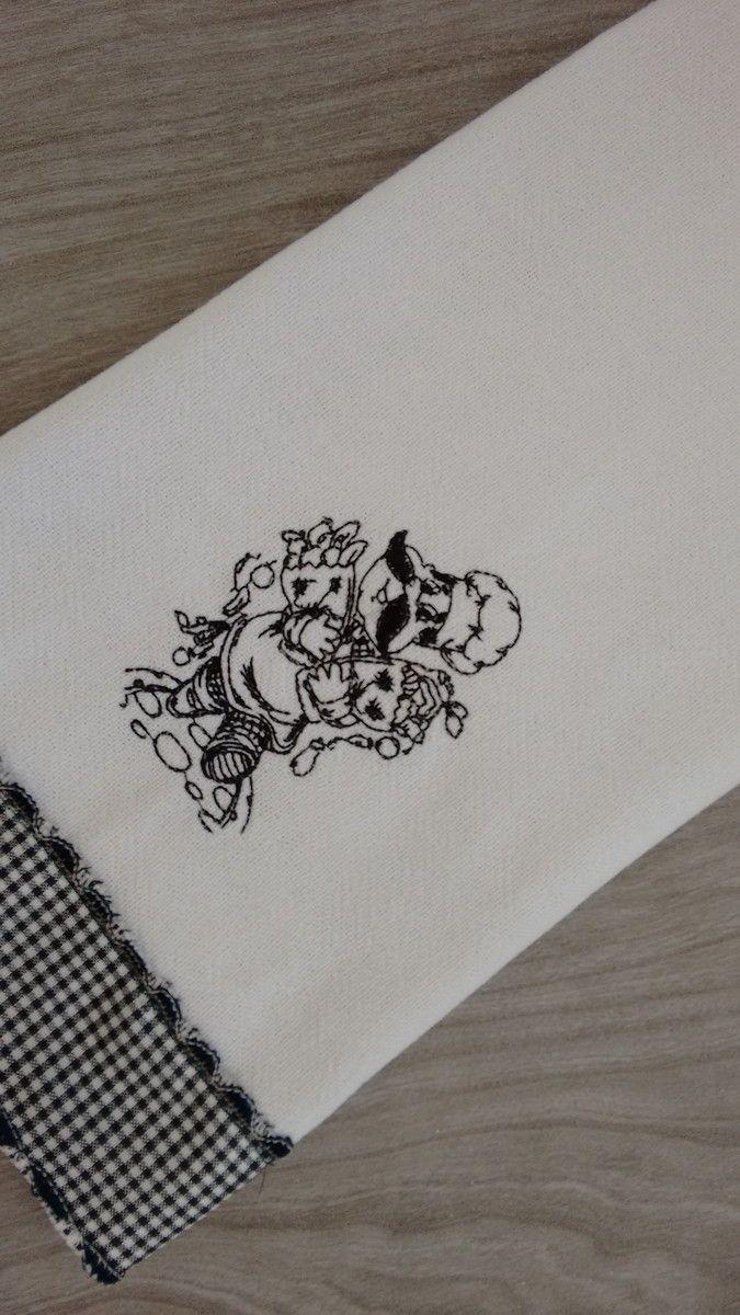 Pano de copa com bordado à máquina. Tema: Chefe Italiano com suas compras. <br> <br>Pano de prato em tecido de sacaria com barrado em tecido xadrez. <br> <br>Opção de outros motivos dessa série Chefe Italiano. consultar por mensagem. <br> <br>*Verificar cor / modelo / marca disponível. <br> <br>*A cor visualizada pode sofrer algumas variações devido a tela do seu computador.