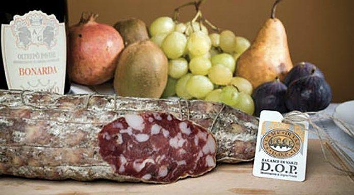 SALAME DI VARZI DOP Prodotto di alta qualità prodotto con un metodo antico di lavorazione e grazie al microclima che si trova nell'Oltrepò Pavese. Come il Salame di Cremona anche il Salame di Varzi è fatto con con i migliori pezzi del maiale. Tutto viene aromatizzato con vino rosso, pepe nero, aglio e sale marino. Il Salame di Varzi ha inoltre ha una forma cilindrica e presenta una serie di muffe grigie distribuite uniformemente lungo la buccia.