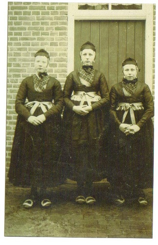 Hindriktje Joldersma-Mulder (1895-1963) in 1911 with two friends    Far right: Hindriktje Joldersma-Mulder (1895-1963) around 1911 with two girlfriends dressed up for the occasion in 'klederdracht', somewhere in Groningen province. From left to right: Hindriktje Bos-Dijkhuis (a cousin of 'our' Hindriktje), Rita Smit-Smit (friend), Hindriktje Mulder.  via Flickr. #Overijssel #Staphorst
