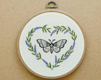 Polilla - lavanda corazón mano bordado aro arte (moderno del colgante de pared - parche de tatuaje - flor bordado) y mariposa