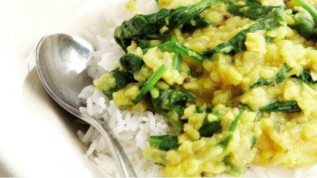 Jednoduché indické kari z mungo fazolí vás potěší hřejivou oříškovou chutí a příjemnou strukturou. V obchodech se zdravou výživou nebo v indických speciálkách najdete hlavní surovinu i většinu koření.