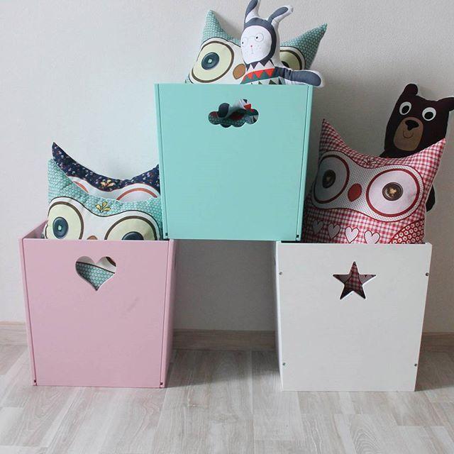А как вы храните дома детские игрушки🐻🚗? Многие используют для этих целей обычные пакеты или старые коробки, которые постоянно прячутся по шкафам или лежат на полу и портят весь вид😤. Предлагаем вам приобрести стильные деревянные ящики, в которые можно складывать не только игрушки, а ещё одежду👕👗 или канцелярские принадлежности🎨. Такую красоту не захочется прятать!  Ящики, как и другая наша мебель, представлены в трёх цветах: белом со звёздочкой🌟, бирюзовом с облачком☁ и розовом с…