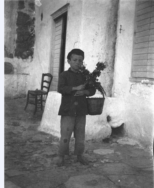 Ένα μικρό αγόρι τραγουδάει τα κάλαντα του Λαζάρου, Τρυπητή, Μήλος Φωτογραφία: John Linton Myres Aρχείο University of Oxford