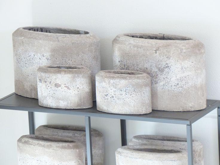 Stenen potten in een open rek of kast dat geeft een stoere rustieke sfeer.