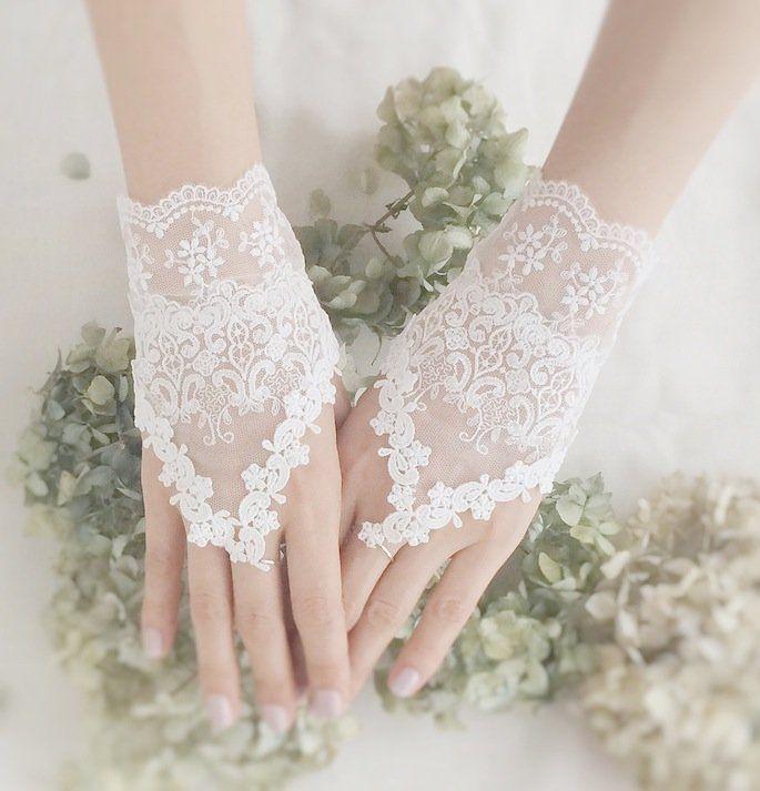 花嫁さんの手もとを飾る、フィンガーレスグローブ。