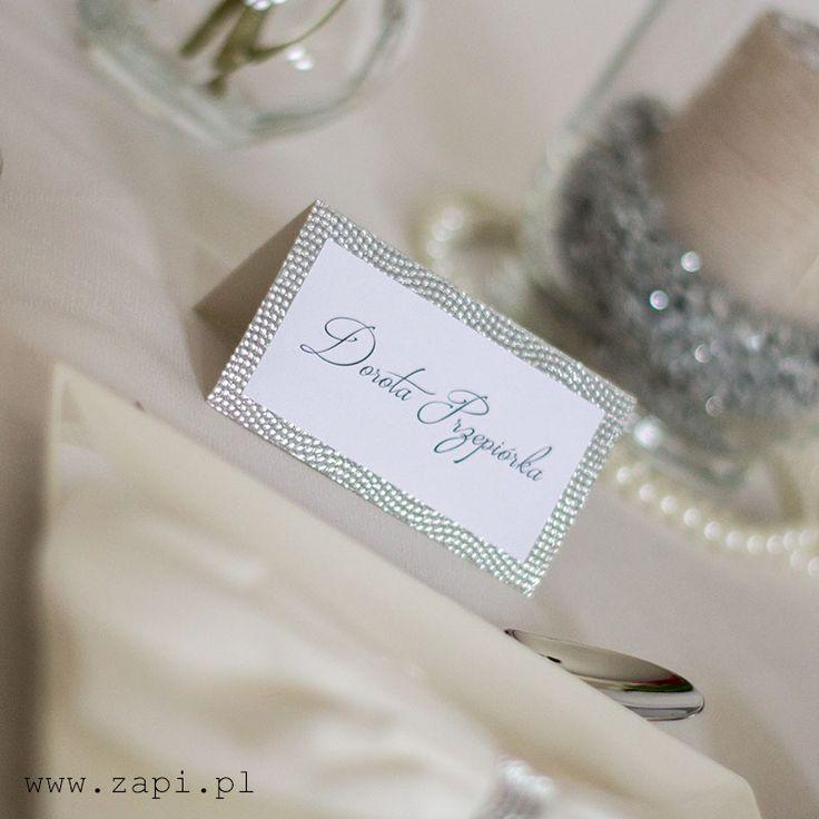 Srebrna winietka na stole weselnym