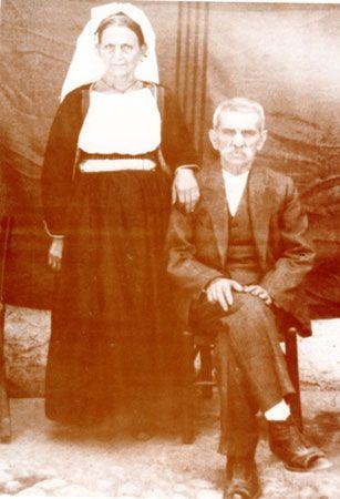 Ζευγάρι Κερκυραίων από τη Βόρεια Κέρκυρα. Μέσα δεκαετίας του '50. Εργαστήριο Τεκμηρίωσης Πολιτιστικής και Ιστορικής Κληρονομιάς Ιονίου Πανεπιστημίου.