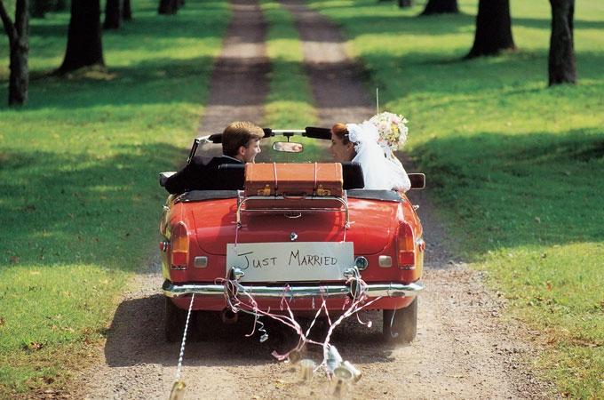 Vuoi organizzare un matrimonio con i fiocchi risparmiando anche un po'? Ecco le dritte di Cosmo! Clicca la foto per leggere l'articolo