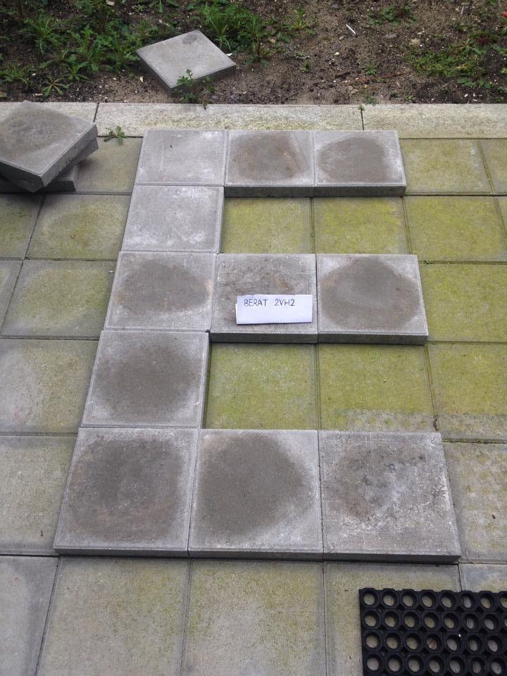 Dit is een ZELFGEMAAKTE foto van de letter 'E', gemaakt door Berat. Dit zijn stenen van mijn tuin, en voor de zekerheid heb ik mijn naam op het blaadje geschreven.