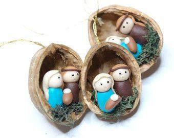 Se crean estos adornos hechos a mano de nogal cáscara y polímero arcilla setas.  Recomiendo esta preciosa seta adornos para cada amante de la naturaleza! Sin embargo puede ser un regalo perfecto para cualquier diversión de setas! Decoración perfecta para ese árbol de Navidad divertida y Linda. Esto haría una adición única a la decoración de su hogar, un acento hermoso a su árbol de Navidad o un gran regalo.  Usted recibirá su ornamento en caja de regalo hermosa y está listo para regalar…