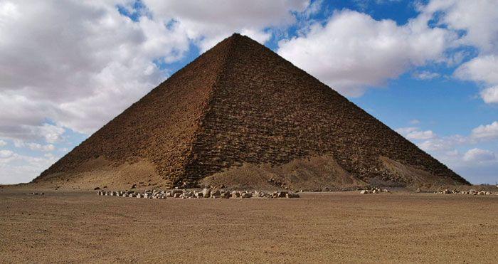 """""""La Pyramide Rouge"""", dont le nom est inspiré par la teinte de son parement actuel, est la troisième pyramide d'Égypte de par ses dimensions, après celles de Khéops & de Khéphren. Elle se situe à Dahchour, et est attribuée à Snéfrou, premier pharaon de la IVe dynastie, qui régna aux alentours de 2575 à 2550 avant notre ère. Elle constitue la première tentative réussie de pyramide à faces lisses."""