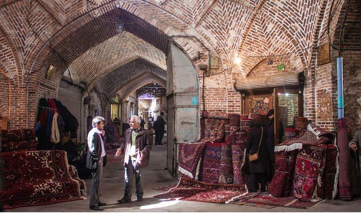 El Gran Bazar de Tabriz, reliquia viva de la Ruta de la Seda- Situado en el centro de la ciudad, es uno de los bazares más antiguos de Oriente Medio. Fue reconocido como uno de los más importantes del mundo por viajeros como Marco Polo.