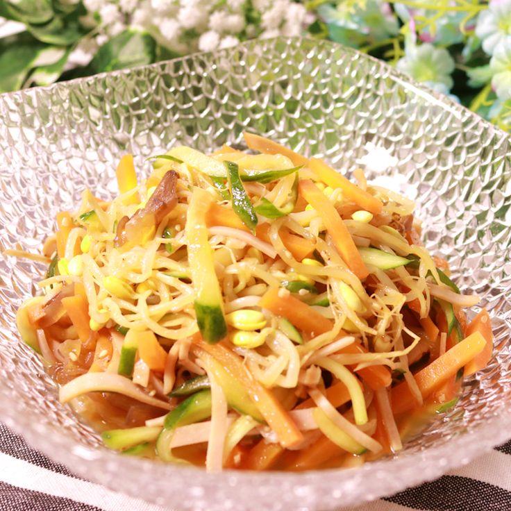 「レンジで簡単!豆もやしの中華風サラダ」の作り方を簡単で分かりやすい料理動画で紹介しています。レンジだけで簡単に調理できる、コスパも良い節約料理です。 中華風のサッパリしたドレッシングと、シャキシャキした豆もやしの食感がとても良く、ご飯のおかずとしても、お酒のおつまみとしてもピッタリな料理です。