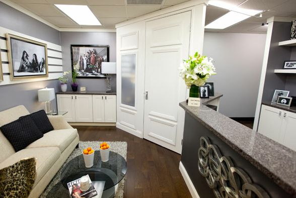 I'm sure you've all already heard and if you haven't, Kris Jenner got a lovely office makeover from the folks on the Design Star show. We've seen a peek of her office while watching Keeping up with the Kardashians and it is G-O-R-G-E-O-U-S!