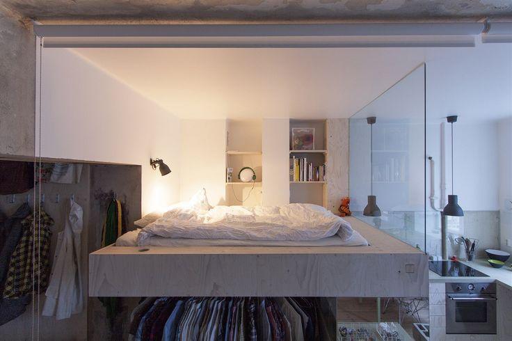 Hladce vyštukované bílé stěny rámují prostor ložnice, tou je konzolové lůžko.