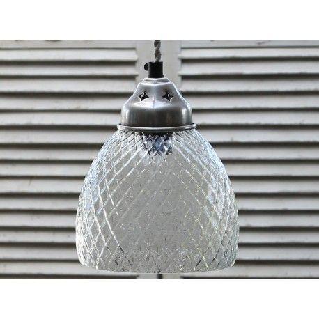 Prowansalska lampa o szklanym kloszu w pospolitym kształcie z wytłaczanym wzorem.  Więcej na: www.lawendowykredens.pl