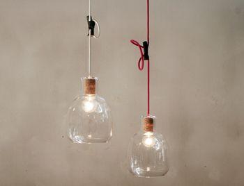 ほんと、ガラスボトルを吊るしているようなランプですね。