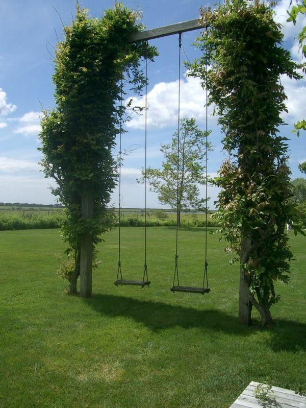 romantische Gartengestaltung mit zwei Schaukel