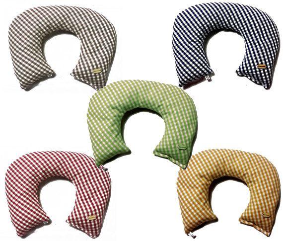 Cuscino di cotone a forma di collare riempito con i noccioli di ciliegia che si adattano bene a qualsiasi parte del corpo e rilasciano la temperatura, sia il caldo che il freddo, in maniera graduale assorbendo lumidità. Completamente cucito a mano in puro cotone, riempito con 900 g. circa di noccioli di ciliegia.  Misure : 27 x 33 cm.     I noccioli di ciliegia sono da sempre utilizzati per le loro proprietà curative, grazie alla capacità di accumulare il caldo o il freddo e di rilasciarli…