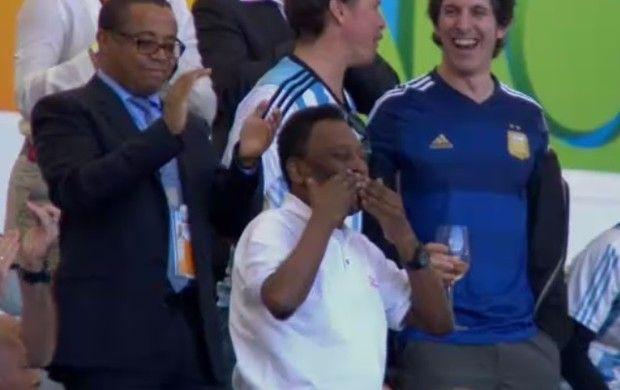 """Pelé manda beijos para a torcida (Foto: Reprodução SporTV)Pelé ouve coro de """"mil gols"""" no Maracanã e agradece com beijos Rei do Futebol acompanha a decisão entre Alemanha x Argentina. 13/07/2014."""