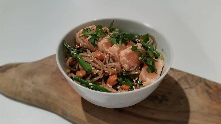 Dit recept is voor: 4 personen Aantal kcal: ca. 612 p.p.  Zo maak je het! Verhit 2 eetlepels olie in een wok- of hapjespan. Snipper de ui en bak deze glazig.   Pers de knoflook tenen uit en bak deze samen met de wok groente in de pan op hoog vuur gedurende 4 minuten. Snijd de koriander fijn. Bak de sesamzaadjes in een droge koekenpan goudbruin.   Kook de noedels in 4 minuten gaar en spoel af met koud water. Meng de hoisin saus samen met de koriander, sesamzaadjes en de noedels door de…