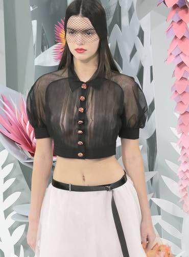 Além da blusa transparente, que deixava seus seios à mostra, a modelo, de 19 anos, ostentou uma barriga sequinha Foto: Jacques Brinon / AP