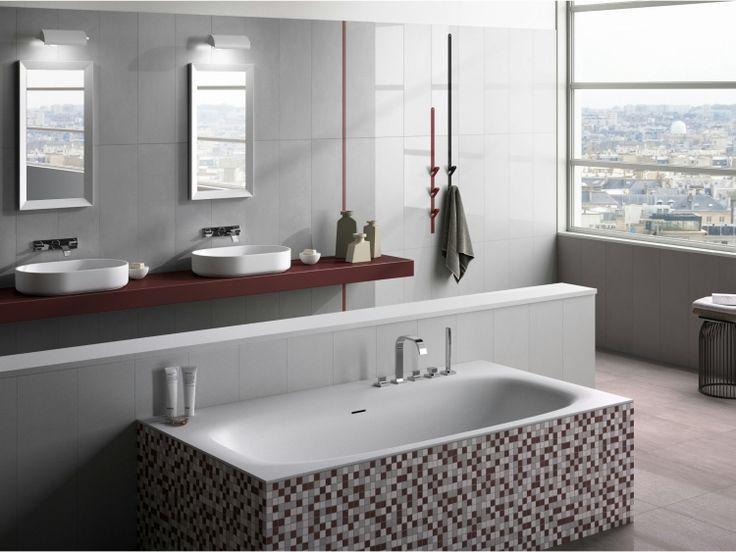 Badfliesen-Ideen-Badewanne-Grau-Mosaiksteine-Bordo-Akzente-Fenster