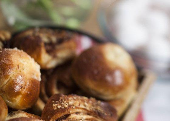 Pullataikina juurimenetelmällä Valmista taikinan juuri vatkaamalla kädenlämpöiseen eli 38 asteiseen maitoon paloiteltu hiiva ja vehnäjauhot. Jos käytät kuivahiivaa, taikinanesteen tulee olla noin 42 asteista eli hieman lämpimämpää, jotta hiiva aktivoituu toimimaan. Tuorehiivaa käytettäessä taikinaneste taas ei saa olla liian kuumaa, sillä hiiva kuolee eikä kohota taikinaa. Peitä kulho leivinliinalla ja jätä juuri kohoamaan lämpimään paikkaan …