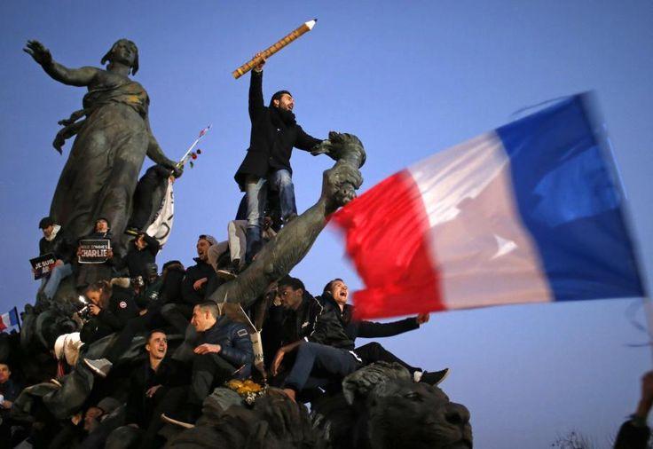 """EN IMAGES. La marche républicaine à Paris - Après la dispersion du cortège, de nombreux participants sont restés sur différentes places parisiennes, comme ici, place de la Nation, pour une photo vite baptisée """"Le crayon guidant le peuple"""" sur les réseaux sociaux. STEPHANE MAHE / REUTERS"""