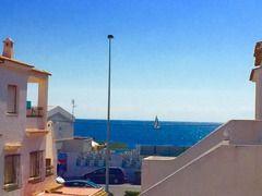 Piso en Torrevieja Alicante de 1 dormitorio a menos de 100m de la playa   Bungalow Planta Alta en Torrevieja (ALICANTE) zona Playa de los Naufragos 47 m. de superficie 15 m2 de terraza a 80 metros de la playa una habitación doble un baño propiedad para entrar a vivir cocina equipada orientación suroeste suelo de gres carpintería exterior de aluminio / climalit. Extras: agua aire acondicionado  armarios empotrados calefacción galería luminoso muebles terraza (7 m2) terraza acrist. (15 m2)…