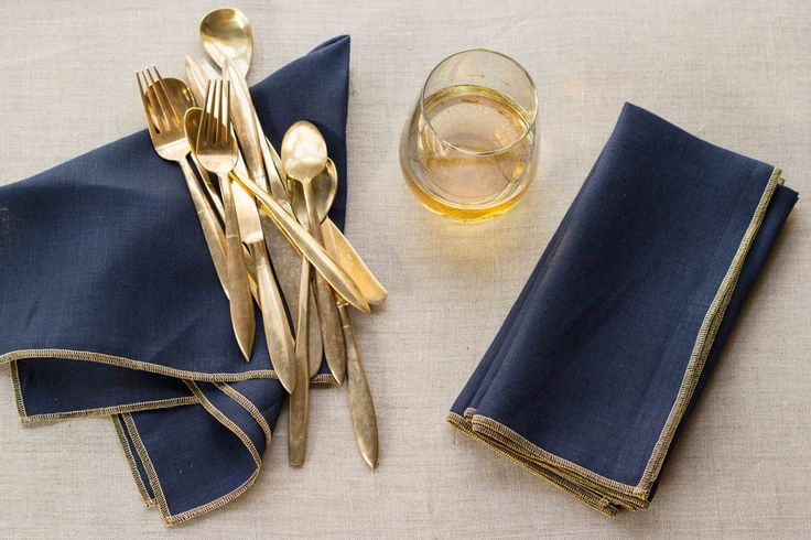 FREE SHIPPING WITHIN THE US! Our newest set of napkins, and we are in love! Linen blend in navy blue and finished with a wide metallic gold edge....