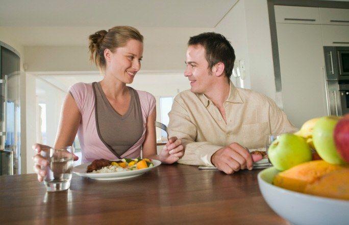 """Mit dem Partner mitessen - Fehler, die zum Überessen führen - Ungerecht, aber wahr: Männer können größere Portionen essen. Der Fehler vieler Frauen: Sie essen mit und essen dann mehr als gut für sie ist. Besser: Lernen """"nein"""" zu sagen und stark zu bleiben..."""