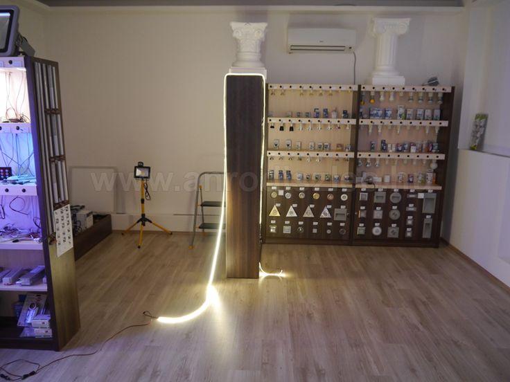 Bemutatótermünkben fektettük ki ezt a tekercs kültéri LED szalagot, így többen is szemügyre tudjuk venni a fényét.
