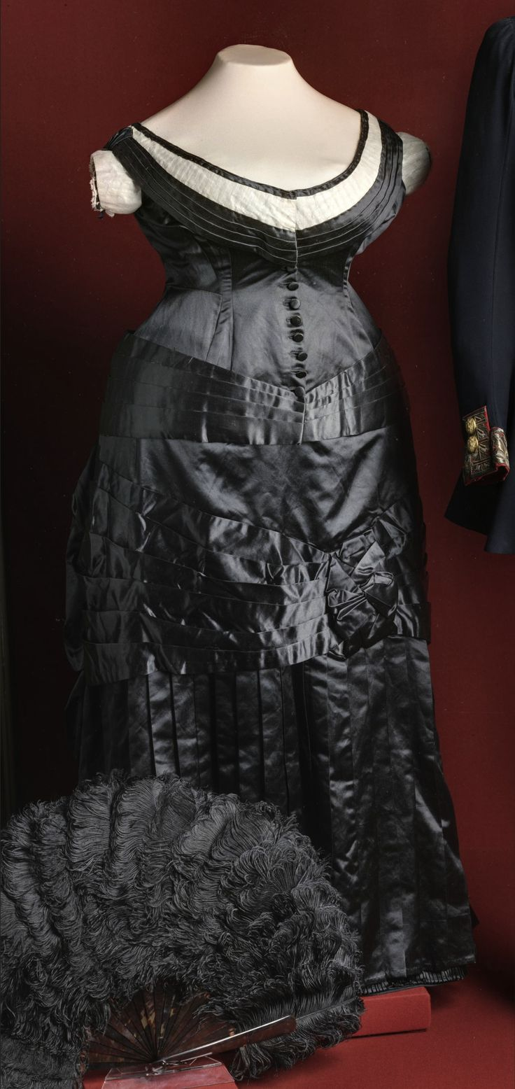 Dress for balls or gala dinners, belonging to Princess T. Yusupova [lady-in-waiting], Western Europe, 1875-76. Satin, silk tulle. According to the rules of the time, low-necked (formal) dresses were to be worn for court dinners, balls and the Italian opera, in all other cases, a high corsage was required. The State Hermitage Museum, St. Petersburg (link: http://www.hermitage.guide/costume/costume1.html). CLICK FOR LARGER IMAGE.