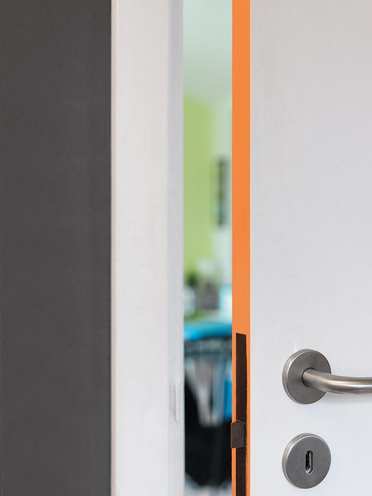 """Farver: R57 Nektarin (dørkant) og Neutral 10 (væg). Begge farver er fra Dyrup. DIY-idé: En iøjnefaldende farve på dørkanten forvandler fuldstændig en pæn, men lidt anonym hvid dør. Resultatet er en cool, underspillet detalje, der overrasker og lyser op og giver rummet kant - bogstaveligt talt. Idé og foto: """"Dyp i nye farver og ideer til din bolig"""" (inspirationsbrochure lavet i samarbejde mellem Dyrup og Bolig Magasinet)."""
