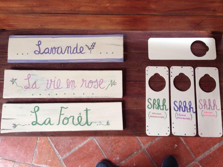 Señalización hecha a mano, reciclando maderas. Cuelga puertas y nombres de habitaciones para MonteMadero Casa Hotel, Cota, Cundinamarca.