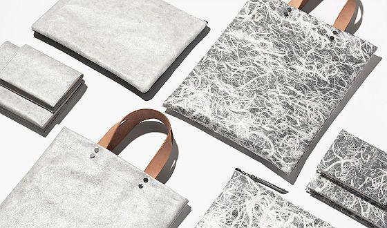 """日本の伝統産業""""和紙""""をラミネート加工した、新素材のファブリック「SUUQ(スーク)」。 和紙のデティールを、日常の中で気軽に味わい、持ち歩く。 伝統の素材美はそのままに、時代を越えて新しい価値観へ。"""