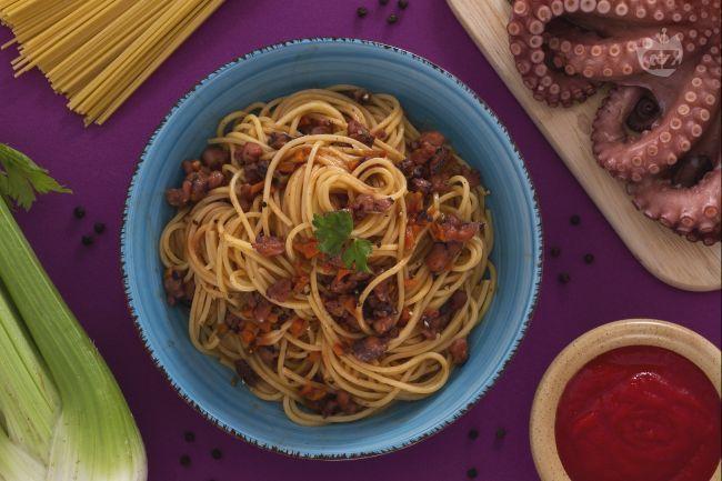 Gli spaghetti alla chitarra con ragù di polpo sono un piatto di mare saporito e gustoso, con il polpo e salsa di pomodoro cotti lentamente in padella