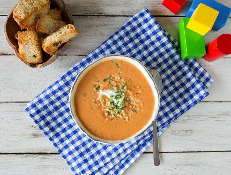 Oranje soep met zelfgemaakte soepstengels