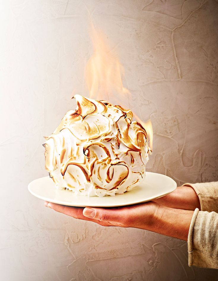 Recette Alaska flambé : Sortez le beurre et les œufs 1 h avant.Faites ramollir légèrement la glace, puis versez-la dans un moule à manqué tapissé de film...